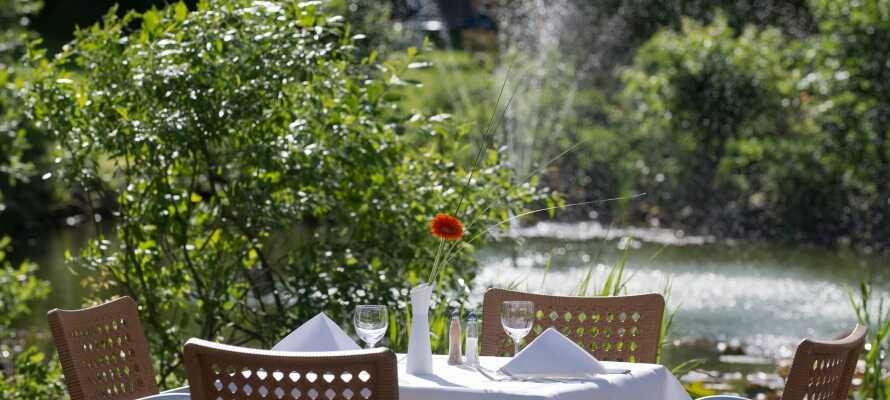 När vädret tillåter kan ni äta eller ta en kopp kaffe i hotellets trädgård.
