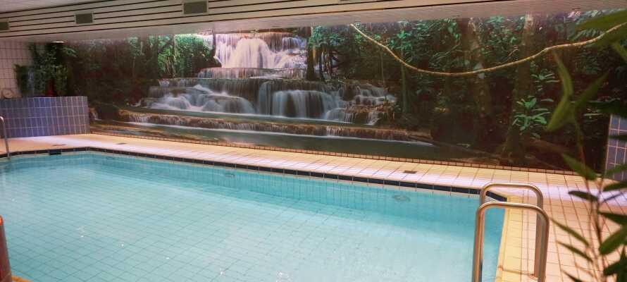 På hotellet er der tilgang til et innendørs basseng, sauna og fitness-senter.