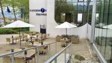 Der er servering på hotellets terrasse.