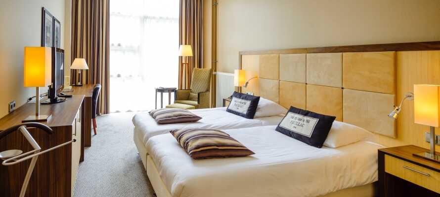 Eksempler på et af hotellets moderne værelser der alle har eget badeværelse samt WiFi og TV.