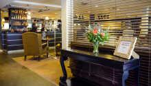 Hotel lounge med bar og lounge faciliteter.