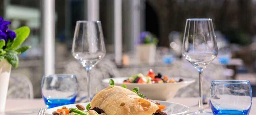 Ät en lätt lunch på hotellet på hotellets trevliga terass