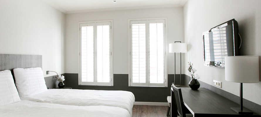 Alle hotellets værelser er moderne indrettet med et lyst décor og med eget badeværelse.