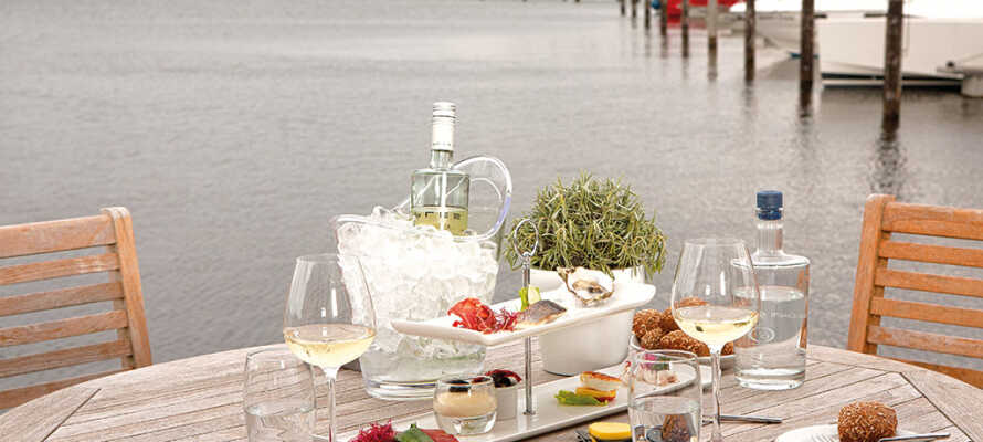 Hotellet ligger i smukke omgivelser ned til vandet og her er I sikret et roligt sted at nyde ferien.