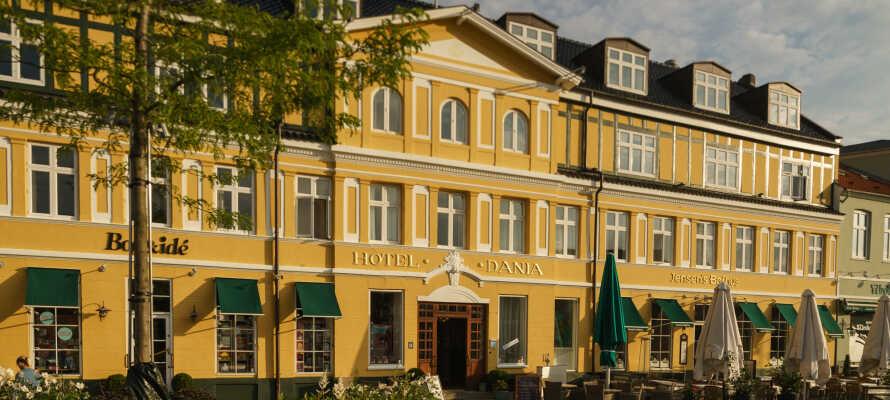 Velkommen til Hotel Dania, hvor dere bor midt på torget i Silkeborg.
