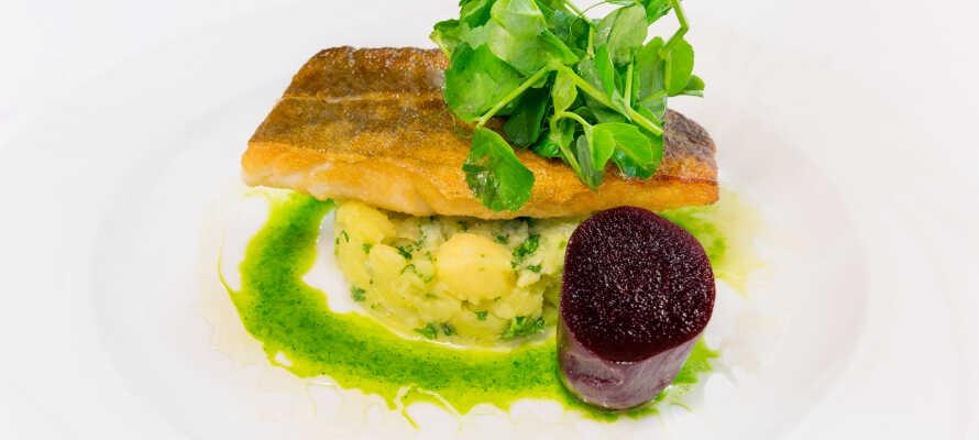 Das Hotel Dania ist für sein Restaurant bekannt, das mehrere gastronomische Auszeichnungen erhalten hat.