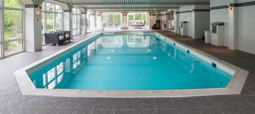 På hotellet har I adgang til indendørs pool og sauna, så I rigtig kan slappe af på jeres ferie