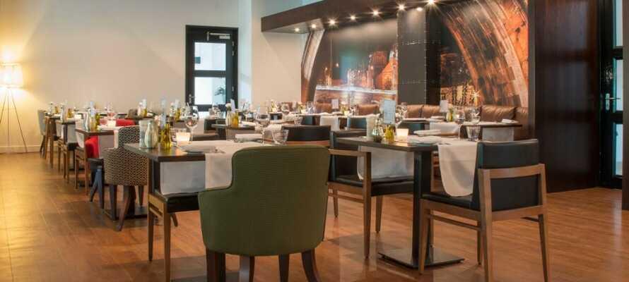 Hotellets trevliga restaurang erbjuder frukost, lunch och middagsservering i en härlig atmosfär.