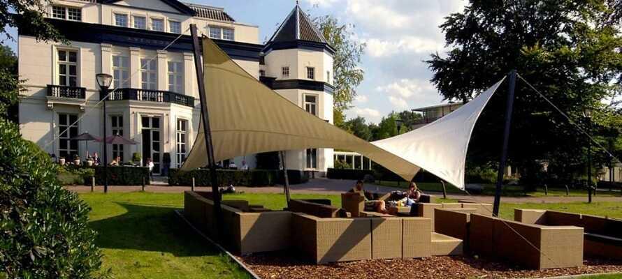 Tillbringa en lugn eftermiddag i hotellets trädgård med en kopp kaffe eller förfriskning.