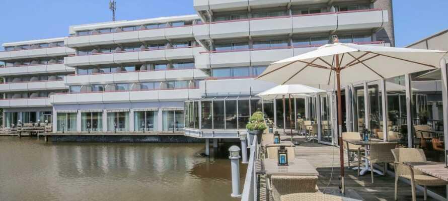 Trevliga Hotel Leidschendam har ett naturskönt läge mitt i en park med en härlig utsikt över sjön.