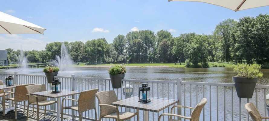 Nyd en kold drink og den flotte udsigt til sø og park fra hotellets terrasse, når solen skinner.