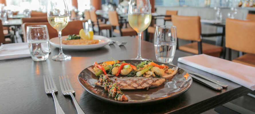 Nyd et aftensmåltid i hotellets restaurant, der også kan byde på gode vine til maden.