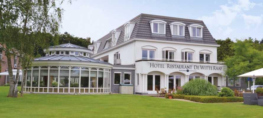 Hotel-Restaurant de Witte Raaf är beläget i lugna och grönskande omgivningar, nära badorten Noordwijk.