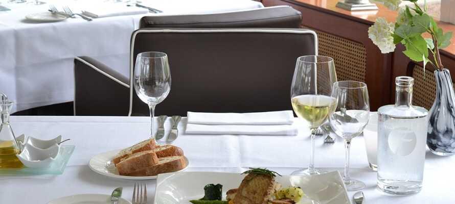 I restauranten serveres middag med inspiration fra det internationale køkken
