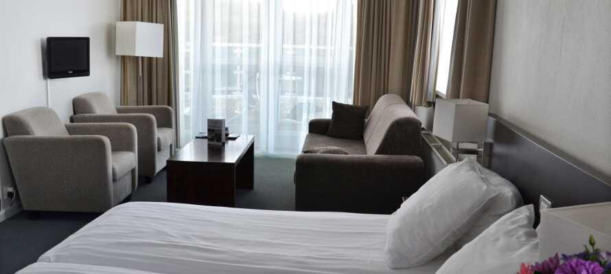 Hotellet har i alt 52 værelser, der er lyse og moderne indrettet med eget badeværelse
