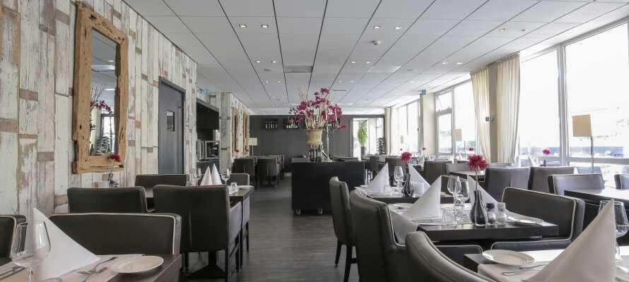 Im Hotelrestaurant mit herrlicher Aussicht auf die Klippen wird Abendessen serviert