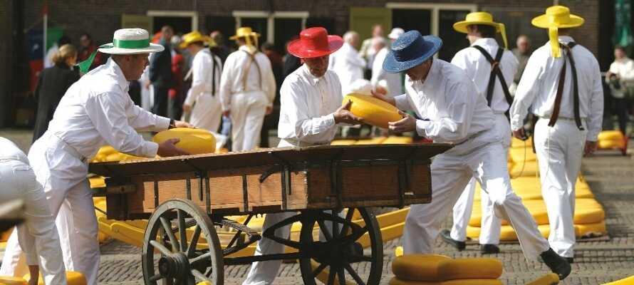 Kør en tur til Alkmaar, hvor der af og til afholdes ostemarked, og køb en hollandsk ost med hjem