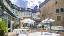 Das Hotel DER ACHTERMANN hat eine schöne Außenterrasse, auf der auch Snacks und Drinks serviert werden.