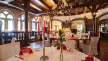 Hotellets restaurant byr på internasjonale og tyske retter laget av sesongens råvarer.