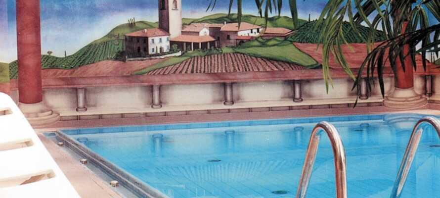 Tag en dukkert i hotellets indendørs swimmingpool
