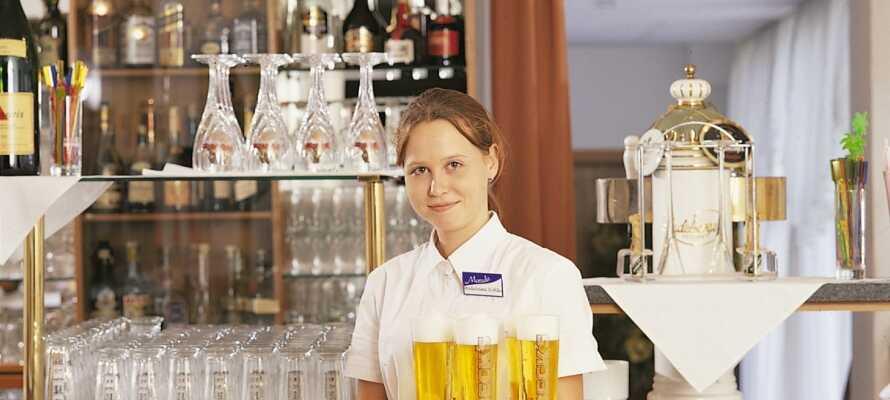 Viele gemütliche Stunden im Hotel mit gutem Essen, einer Bar und lebhafter Musik an manchen Abenden.