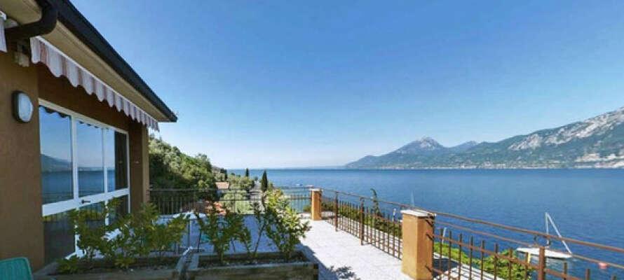 Från Hotel Nike bjuds ni på en slående utsikt över Gardasjön och de omkringliggande bergen.