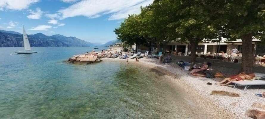 Hotellet ligger helt ned til Gardasøen og den private strand.
