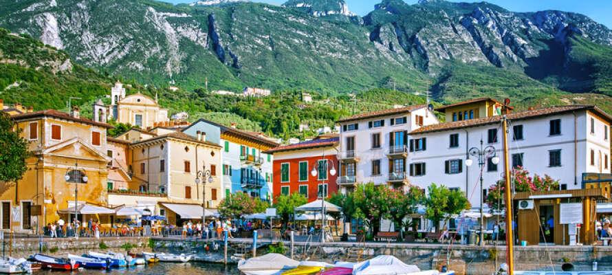 Malcesine är beläget framför bergen och är en idyllisk liten stad med sin egna småbåtshamn.