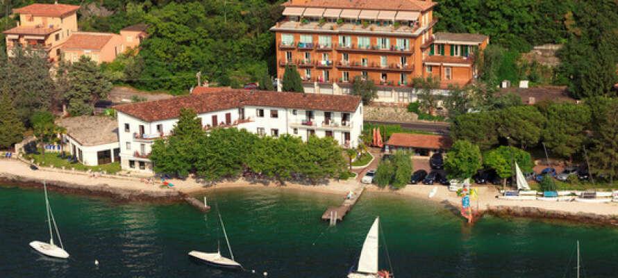 Hotel Nike är omgiven av en fin park och har ett härligt läge vid Gardasjön.