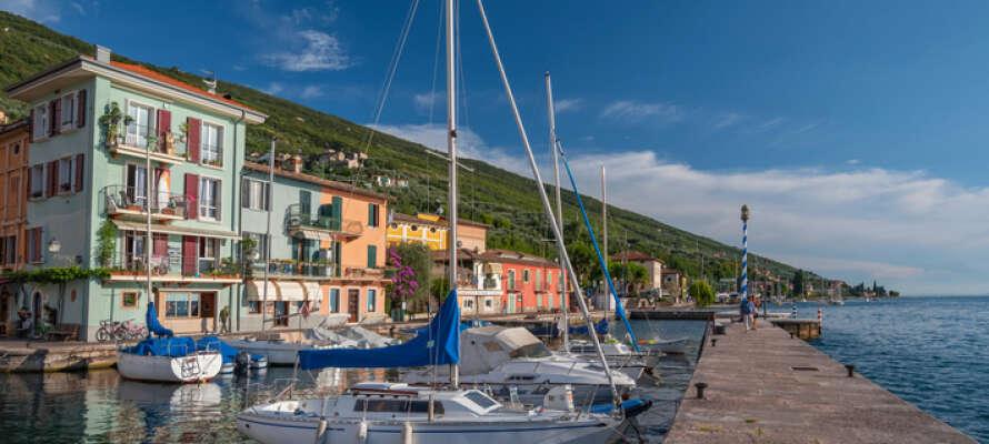 Oplev Gardasøens glæder og maleriske byer mens I bor på Hotel Nike.