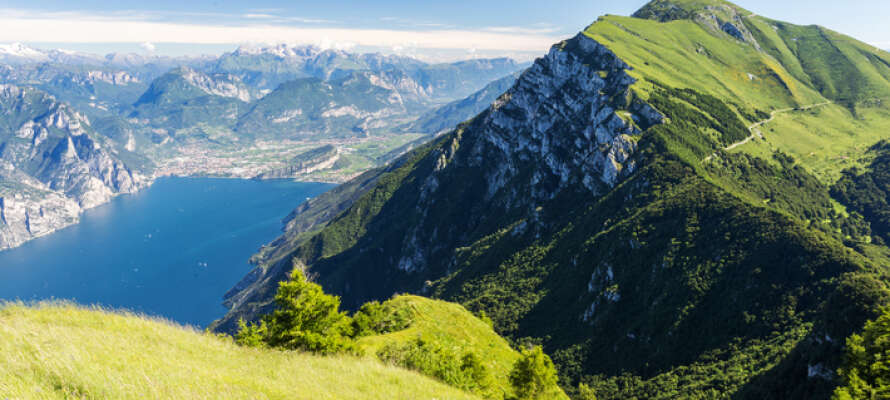 Passa på att njuta av vyerna och den vackra naturen uppe vid Monte Baldo.