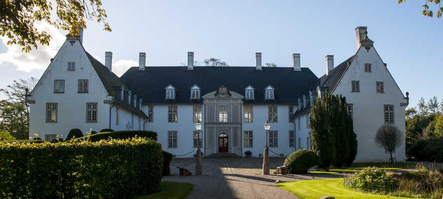 Hotellet ligger i kort avstand fra det barokke Schackenborg Slott, hvor dere bl.a. kan gå en tur i slottsparken