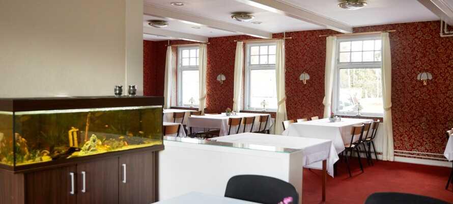 Hotellet bjuder på gratis tag själv kaffe under hela dagen i frukostmatsalen.