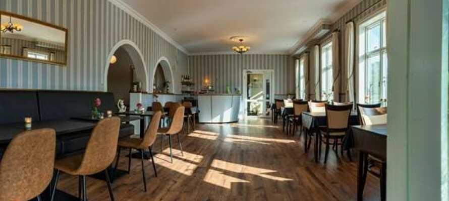 Njut av en hotellvistelse där ni kan äta goda danska rätter i hotellets mysiga restaurang