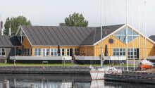 Kaløvig Badehotel har ett härlig läge utmed Århusbukten.