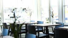 Hotellets restaurang, Brasseriet, med utsikt över bukten och Mols Bjerge.