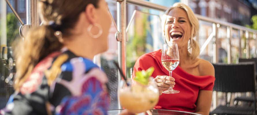 Sommartid kan ni sitta på hotellets uteservering och ta en drink