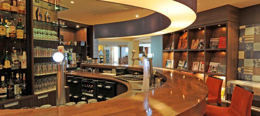 Hotellets restaurang har fokus på det franska köket och en bar där ni kan avnjuta drinkar och lättare snacks.