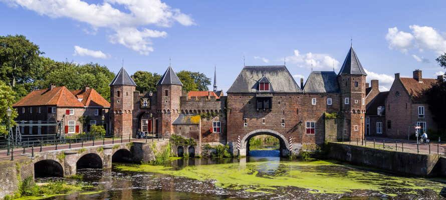 """Dra på herlige utflukter, og kjør f.eks. en tur til den sjarmerende byen Amersfoort, og se den vakre """"Koppelpoort""""."""