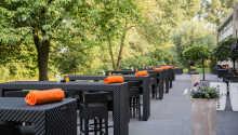 Restaurantens terrasse er placeret i flotte grønne omgivelser