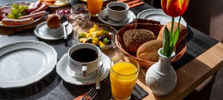 I får den perfekte start på dagen med hotellets omfattende morgenbuffet, som serveres i hyggelige rammer.