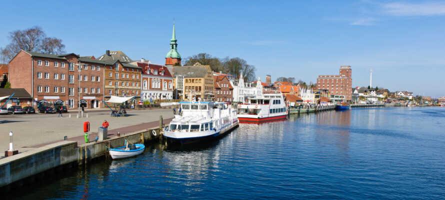 Fra hotellet er der ikke langt til havnen, hvor I kan nyde den maritime stemning og opleve den berømte klapbro.