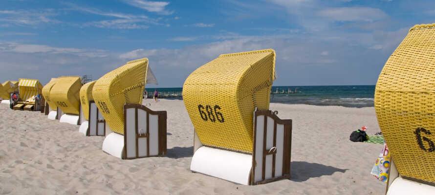 Fahren Sie zu einem der vielen Sand- und Badestrände, die die norddeutsche Ostseeküste prägen.