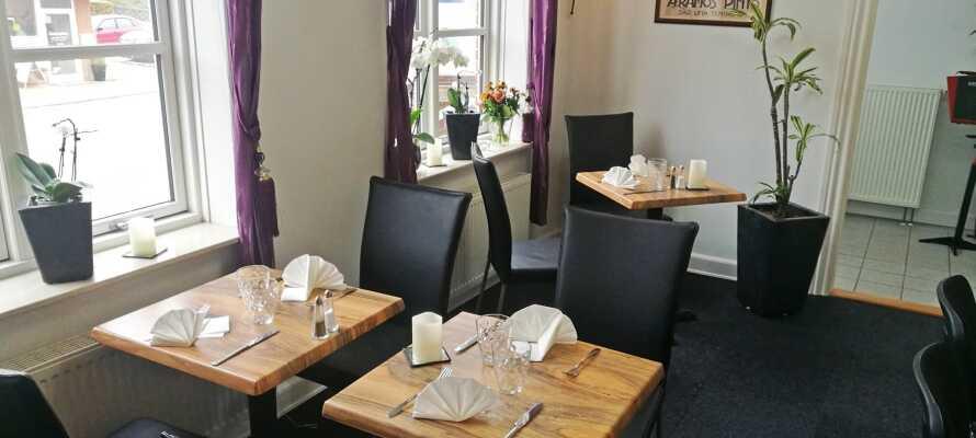 Hotellets stemningsfulde restaurant serverer gode danske klassikere såsom frikadeller og stegt flæsk med persillesovs