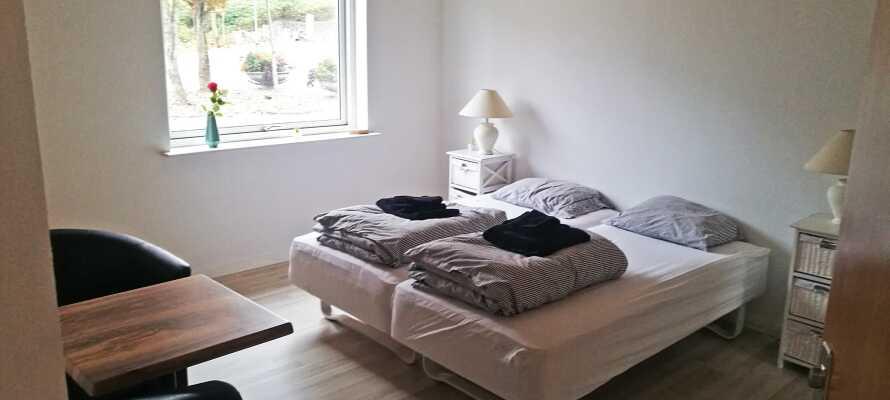 Die Zimmer im Gjern Hotel sind einfach und hell mit schönen Holzböden und bequemen Möbeln eingerichtet.