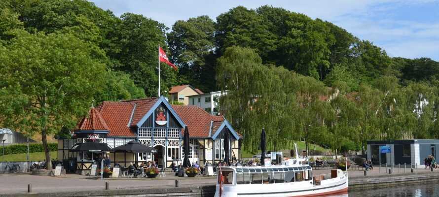 Erforschen und entdecken Sie Zentral- und Ostjütland und genießen Sie zum Beispiel eine schöne Bootsfahrt mit Hjejlen.