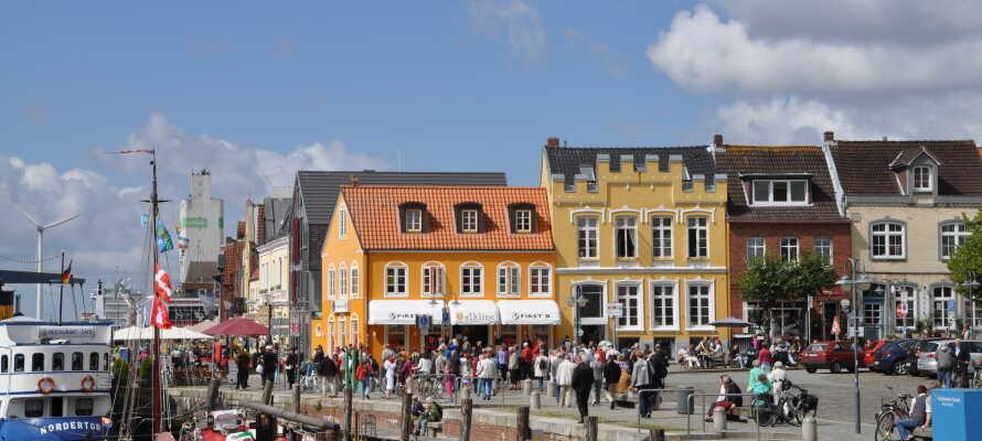 Husum bietet ein romantisches Zentrum mit einem kleinen Hafen, gemütlichen Fußgängerzonen und Cafés und Geschäften.