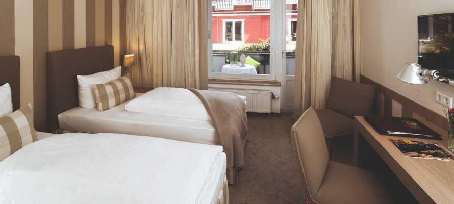 Alle Zimmer verfügen über ein eigenes Bad, komfortable Betten, eine Minibar, ein Telefon und einen Flachbild-TV.