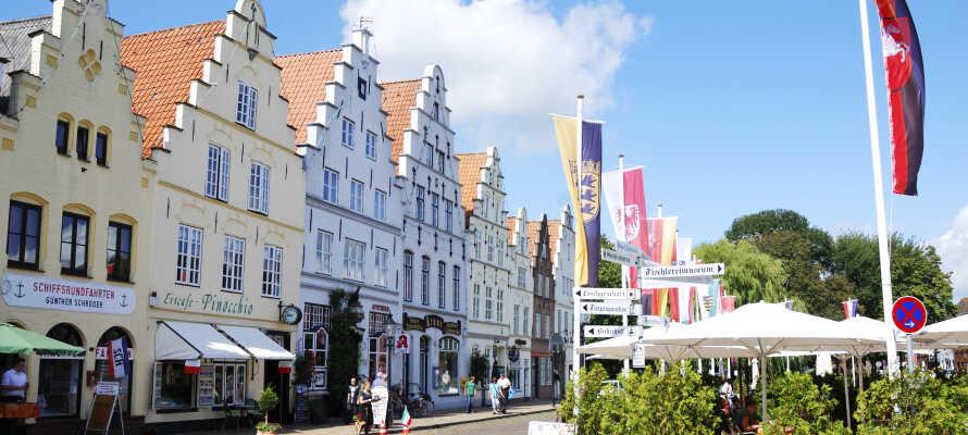 Kør en tur til den evigt charmerende by, Friedrichstadt, som er kendt for sine kanaler og sine hollandske huse.