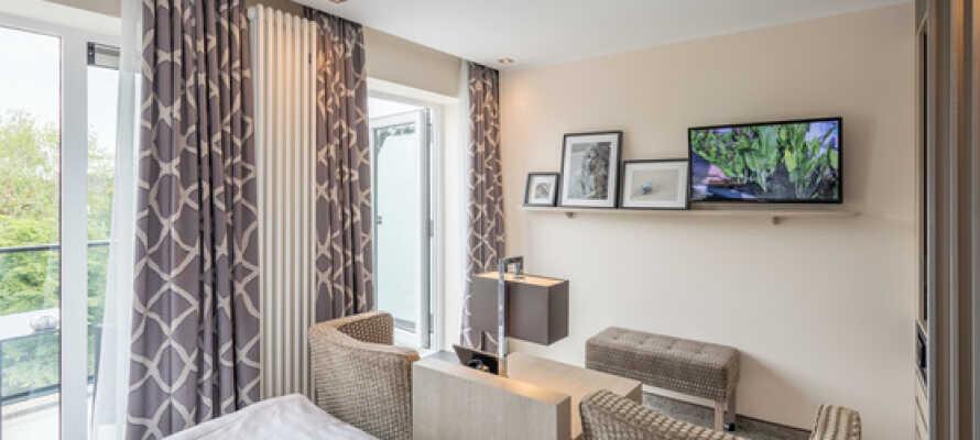 Alle værelserne har eget badeværelse, med TV og WiFi, minibar og telefon samt sikkerhedsboks.